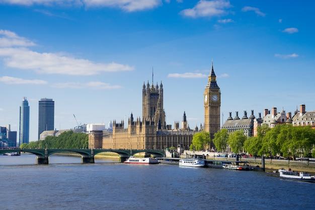 El palacio de westminster big ben en un día soleado, londres, inglaterra, reino unido.
