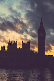 Palacio de westminster y big ben en londres al atardecer