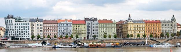 Palacios de praga con la casa de baile o fred y ginger en el río moldava