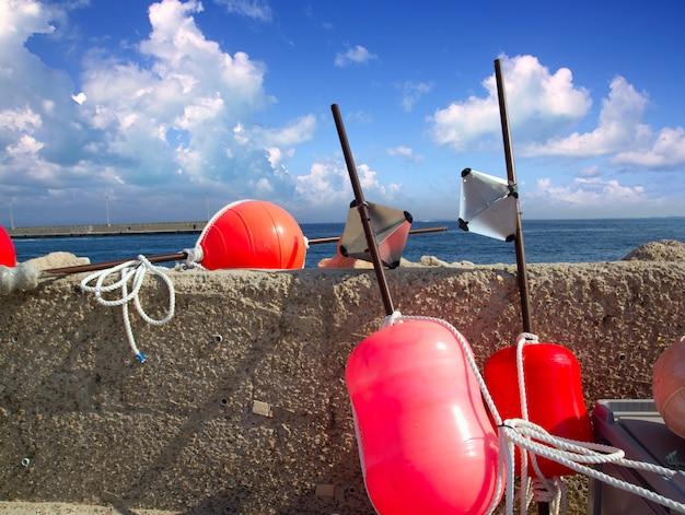 Palangrero de pesca con boya de aparejo formentera