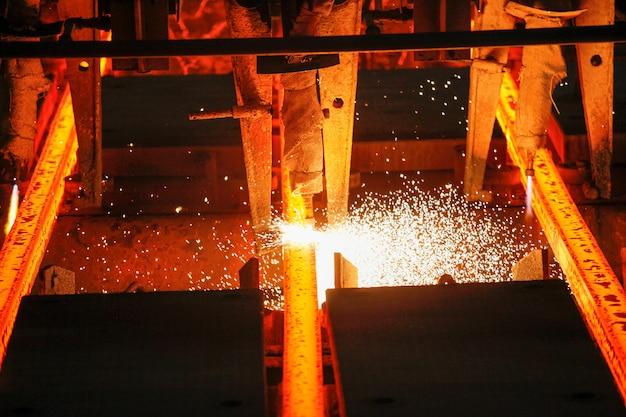 Palanquillas de acero en corte con soplete en planta metalúrgica. producción metalúrgica, industria pesada, ingeniería, siderurgia.