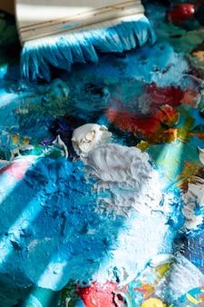 Paleta de alto ángulo con pintura y pincel.