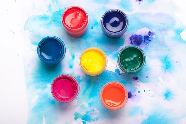 Paleta de arte con pinturas de colores cerrar vista superior