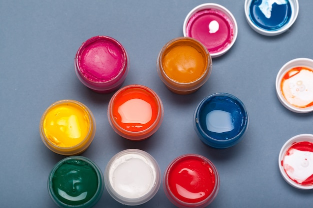 Paleta de arte con pinturas de colores