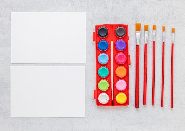 Paleta de colores en caja y pinceles