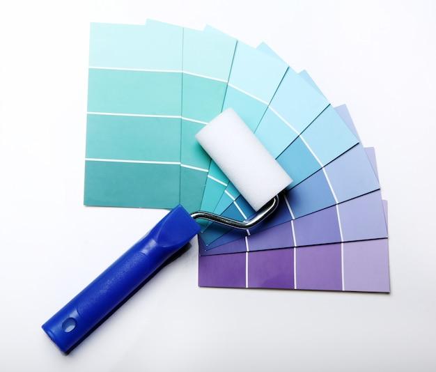 Paleta de colores, catálogo o esquema y rodillo