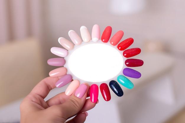 Paleta de colores para uñas de manicura y pedicura.