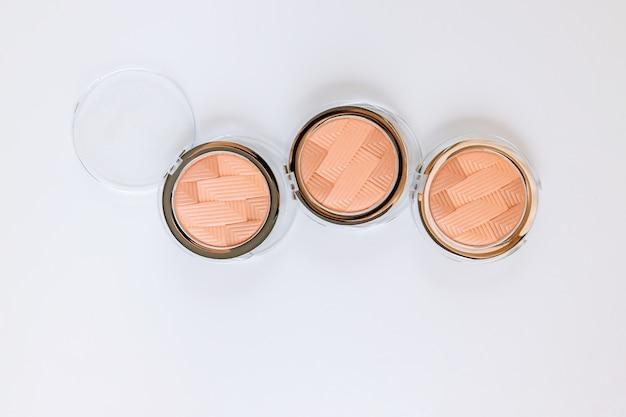 Paleta de maquillaje cosmético multicolor con una paleta de sombras de ojos, minimalismo de sombras coloridas sobre fondo blanco aislado