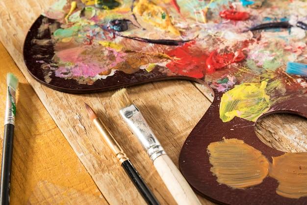 Paleta de pintura con pinceles y pintura