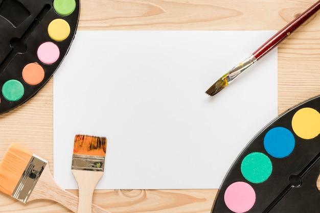 Paleta de pintura y pinceles