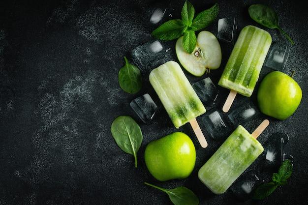 Paleta de verano brillante de manzana verde.