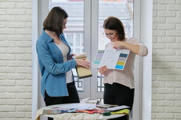 Paletas de diseño textil, decorador y reloj para mujeres con telas.