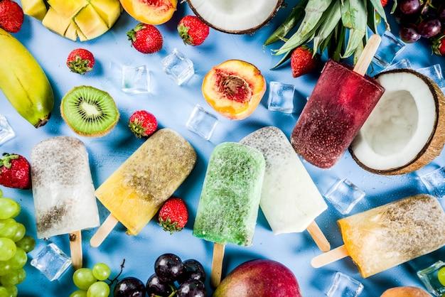 Paletas de helado tropical con semillas de chía y jugos de frutas: piña, naranja, mango, plátano, kiwi, coco, uvas, durazno, fresa