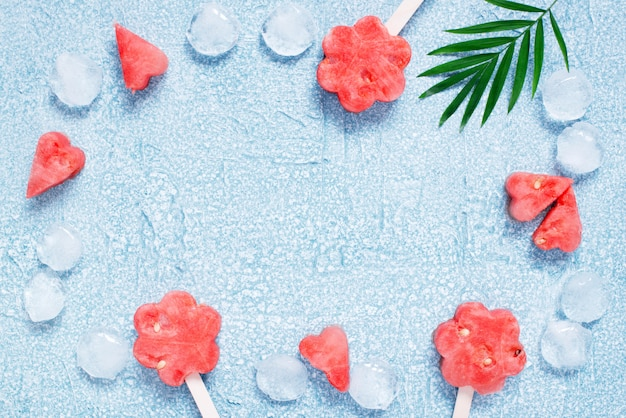 Paletas de sandía fresca y cubitos de hielo