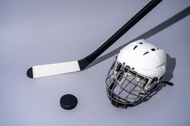 Palillo del hockey sobre hielo en fondo blanco aislado