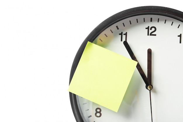 Palillo de papel en el reloj para aviso algo con fondo blanco
