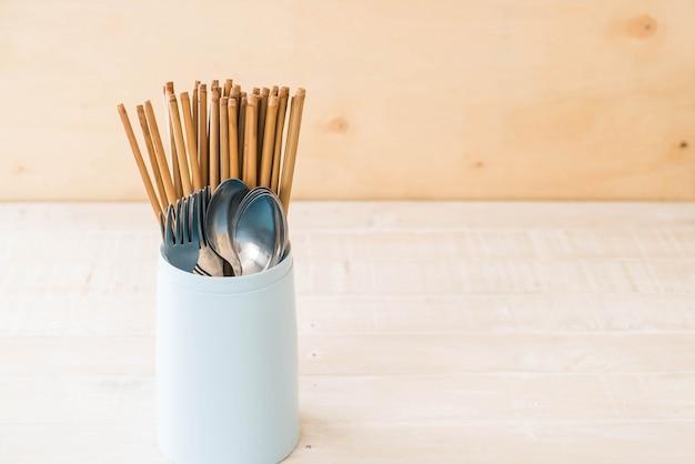 Palillos para cubiertos, cuchara y tenedor