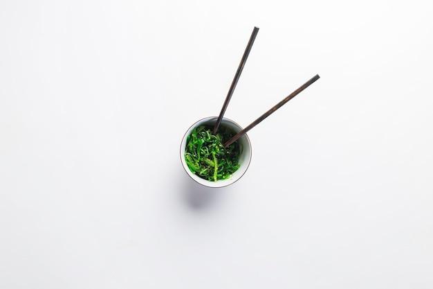 Palillos en ensalada de algas marinas