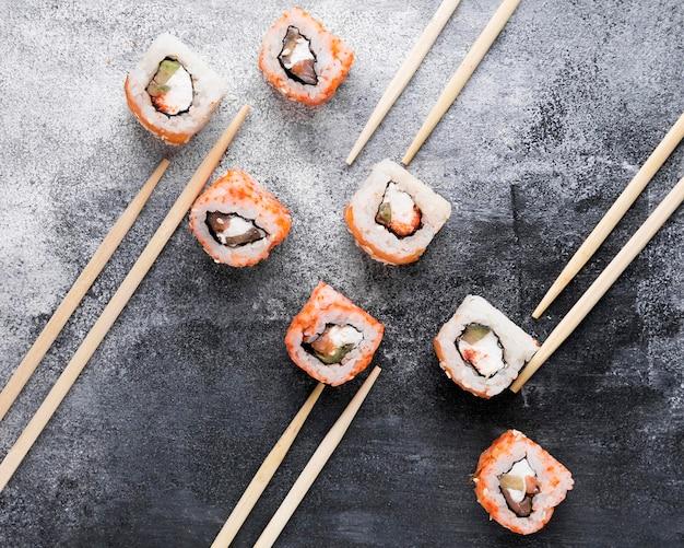 Palillos planos y delicioso sushi