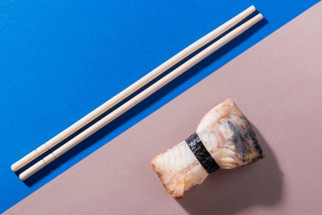 Palillos con rollos de sushi