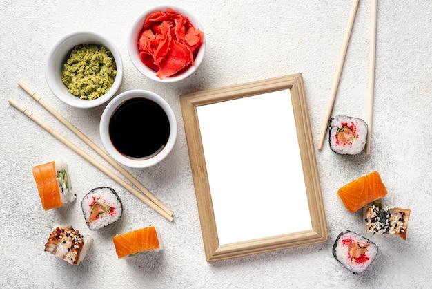 Palillos de sushi maki planos y planos con salsa de soja y cuaderno en blanco
