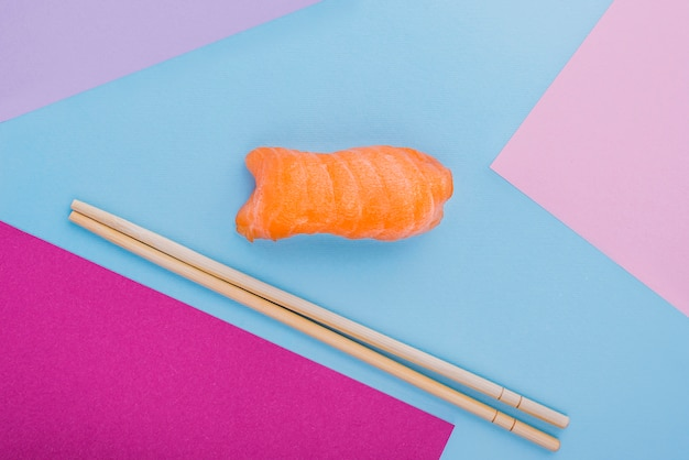 Palillos y sushi roll