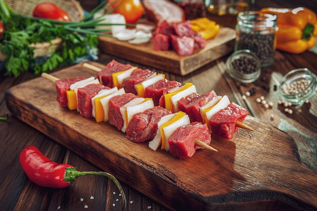 Palito de carne cruda con ingredientes