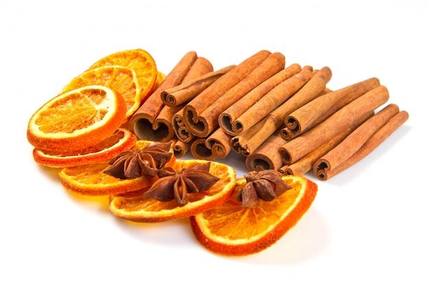 Palitos de canela, anís estrellado y cortes secos de naranja.