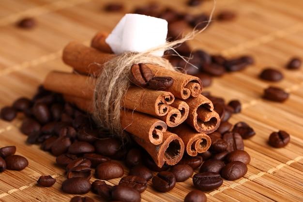 Palitos de canela y granos de café.