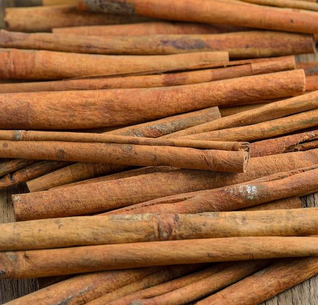 Palitos de canela en la mesa de madera
