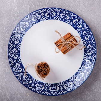 Palitos de canela en platos