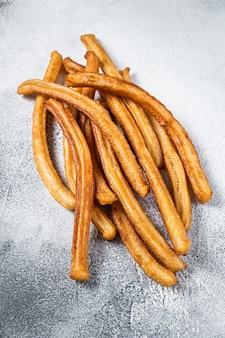 Palitos de churros fritos en la mesa de la cocina