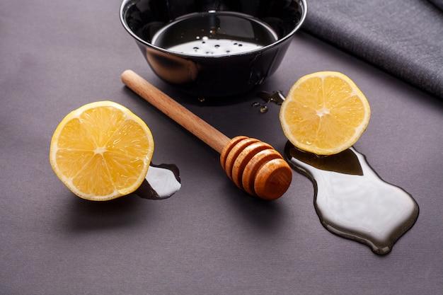 Palitos de miel y rodajas de limón con primer plano