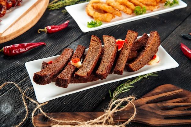 Palitos de pan de ajo y aros de cebolla fritos
