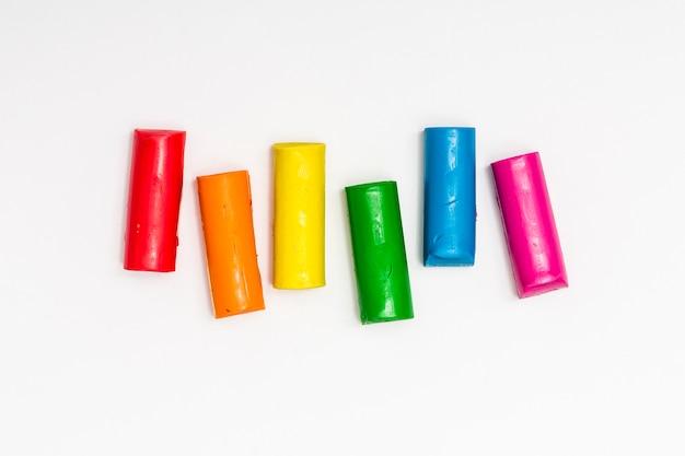 Palitos de plastilina de diferentes colores.
