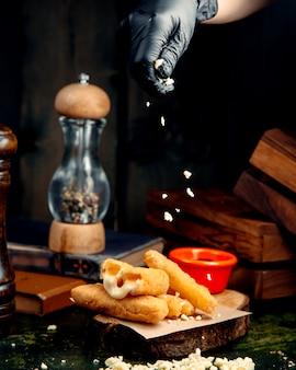 Palitos de queso sobre la mesa