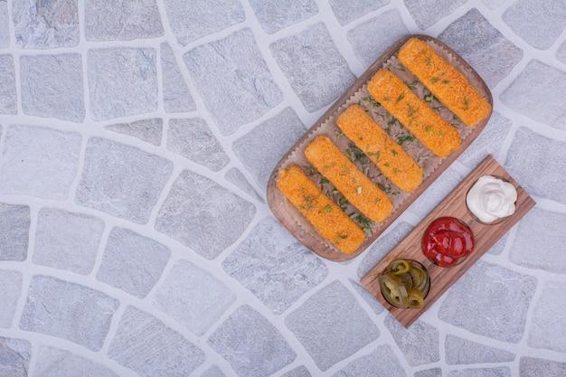 Palitos de queso con tres salsas diferentes