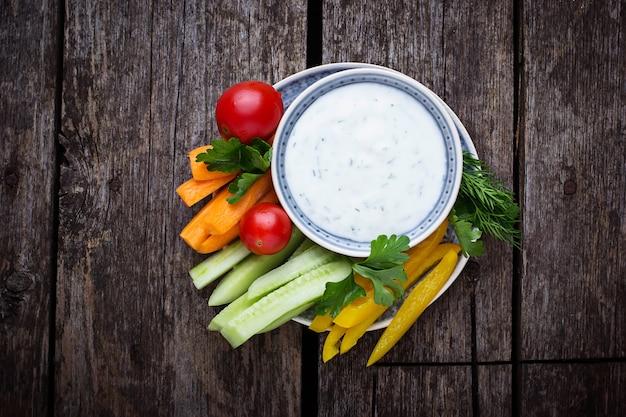 Palitos de verduras frescas y salsa de yogurt.
