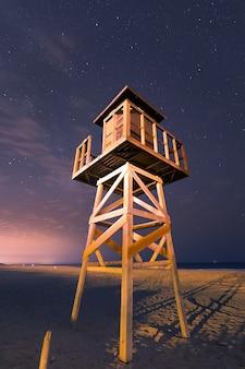 El palmar playa bajo un cielo lleno de estrellas, en vejer de la frontera en la región de cádiz, andalucía, españa.