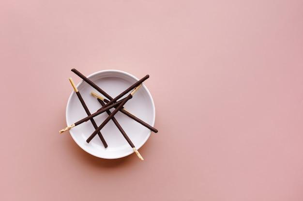 Palo de chocolate sobre fondo de colores.