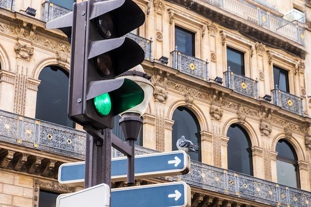 Paloma en una señal de tráfico en parís