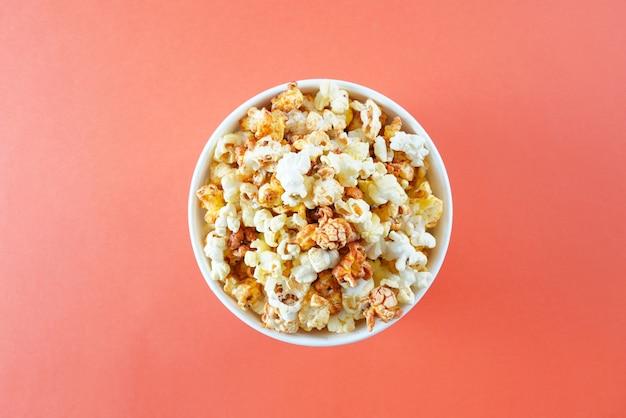 Palomitas de maíz en un balde para una sesión de cine