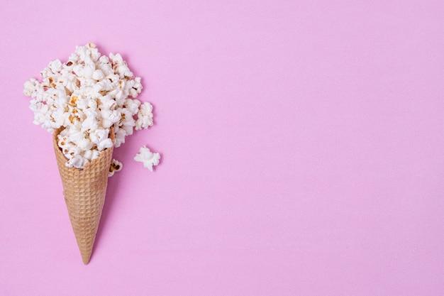 Palomitas de maíz en cono de helado con espacio de copia