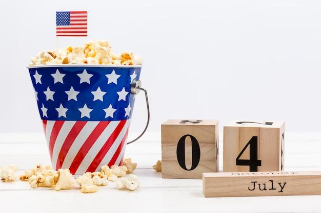Palomitas de maíz en decoración con cubo de bandera americana