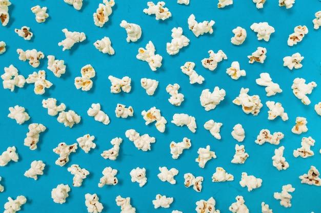 Palomitas de maíz en el fondo de color
