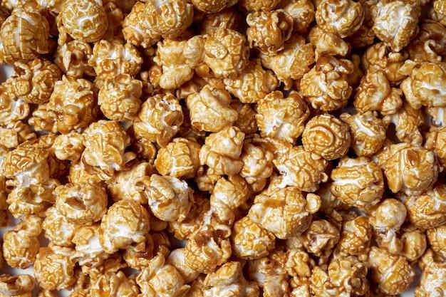 Palomitas de maíz con primer plano de caramelo. palomitas de maíz dulces para películas