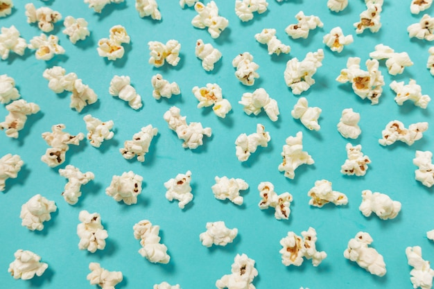 Palomitas de maíz sobre fondo de color