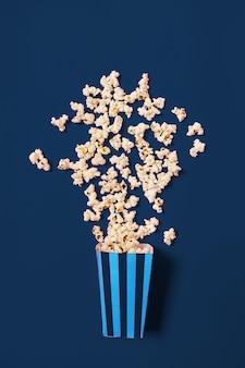 Palomitas de maíz en la vista superior de color azul clásico