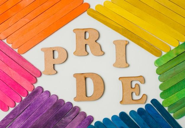 Palos en brillantes colores lgbt y palabra de orgullo