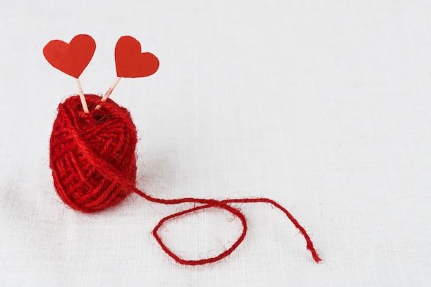 Palos con corazones de papel en ovillo
